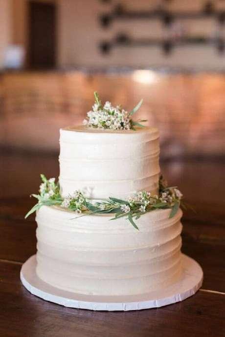 41. O bolo simples de casamento com certeza pode se tornar um grande destaque devido sua decoração delicada