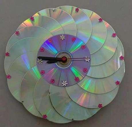 24. Para quem adora trabalhar com artesanato uma excelente ideia é fazer reciclagem com CD e fazer um lindo relógio