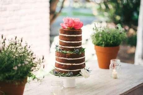 5. O bolo de casamento simples estilo naked cake comumente são enfeitados com flores ou frutas
