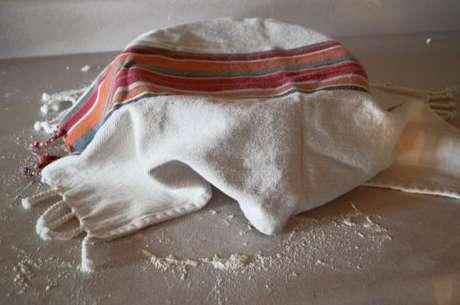 Pano de prato utilizado para cobrir um recipiente com massa fresca descansando