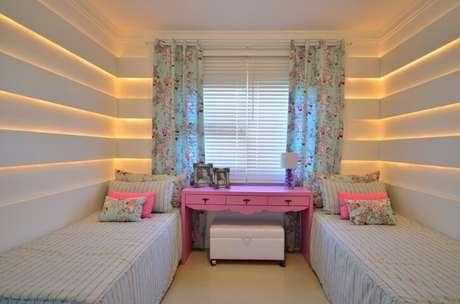 48. Parede com LED embutido no quarto