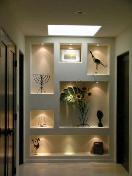 39. Parede com nichos e luz de LED