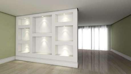 32. Parede com nichos e iluminação embutidas