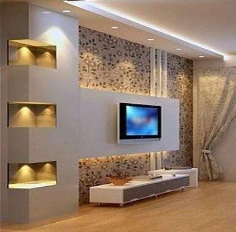 19. Aqui, a parede tem nichos e um painel para TV