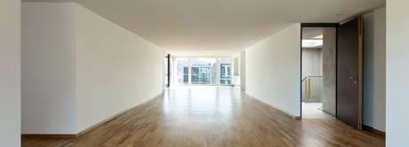 14. Sala ampla com parede de gesso