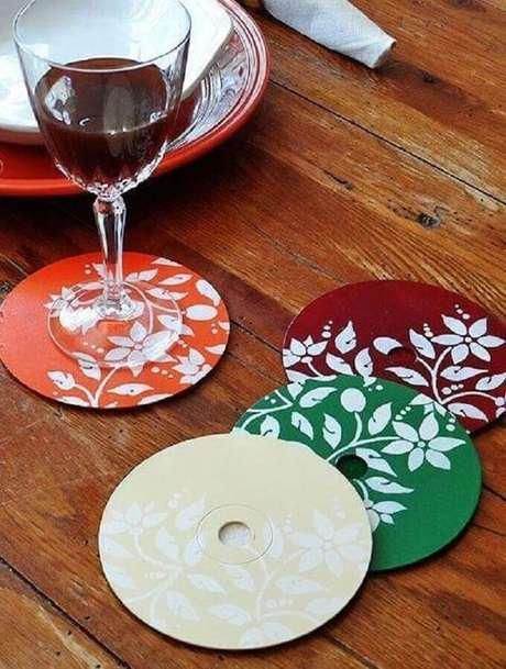 34. Mais um modelo de porta copos feito de reciclagem com CD