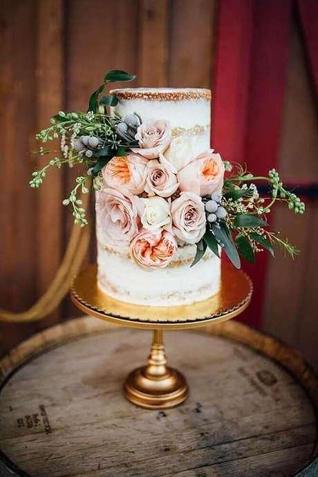 43. O suporte com certeza faz toda a diferença na decoração de bolo simples de casamento