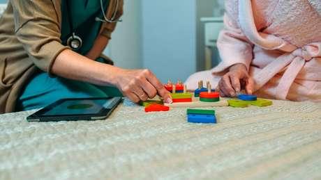 Atívidades lúdicas e que estimulem o cérebro são importantes para pacientes com Alzheimer