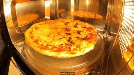 As pizzas de microondas ficam molengas porque o ar não fica quente o suficiente para evaporar a umidade