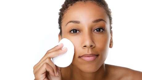 Remover a maquiagem com lenços umedecidos é prático, mas esse tipo de produto também pode prejudicar o meio ambiente