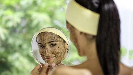 Microesferas presentes em esfoliantes de rosto e em outros produtos também são poluidoras e acabaram proibidas no Reino Unido