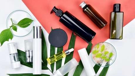 Cerca de 13 bilhões de garrafas plásticas são usadas por ano no Reino Unido, número que inclui frascos de produtos de beleza e são riscos aos oceanos