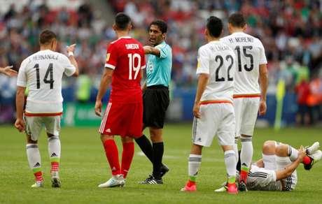 Árbitro Fahad Al Mirdasi  durante jogo da Copa das Confederações de 2017   REUTERS/John Sibley