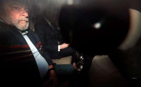 Ex-presidente Luiz Inácio Lula da Silva dentro de carro em São Paulo 05/04/2018 REUTERS/Paulo Whitaker