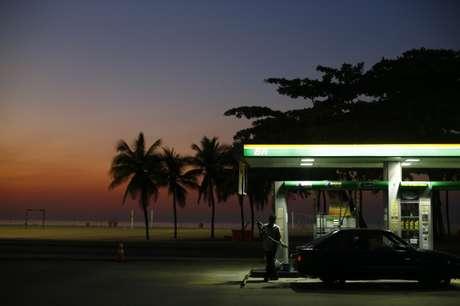 Frentista se prepara para abastecer carro em posto de gasolina na praia de Copacaban, Rio de Janeiro, Brasil 12/01/2015 REUTERS/Ricardo Moraes