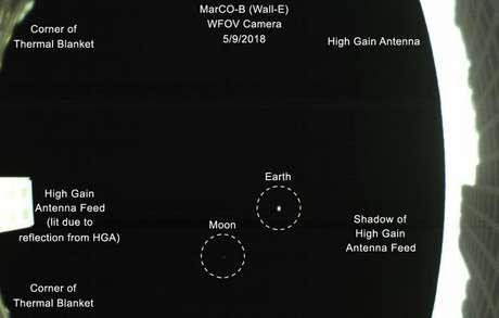 """A releitura de """"pálido ponto azul"""", com explicações em inglês (Foto: NASA)"""