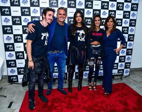 Família unida: Gloria Pires ao lado das filhas Ana e Antonia, do marido Orlando Morais e do futuro genro Wagner Santisteban (Foto: Leo Franco/AgNews)