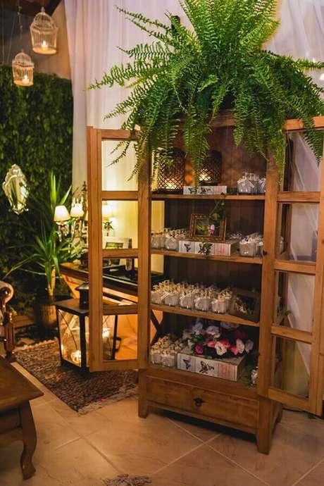 31 – Na decoração de casamento rústico, a iluminação, o Jardim vertical e o Armário deixam o ambiente mais bonito e estiloso