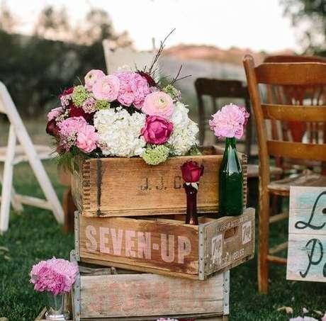 14- Caixa de madeira com flores utilizada para decoração da área dos convidados
