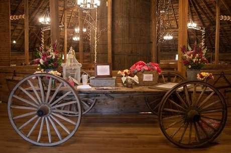 36- Carinho de madeira são ideais para decoração de casamentos rústicos