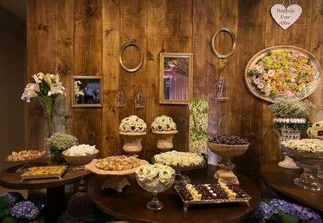 27- Mesa rústica com flores e plantas para decoração de casamento rústico