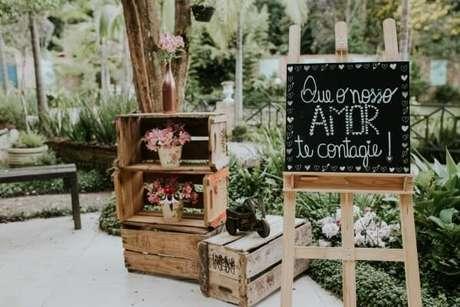 22- Quadros de giz, paletes, plaquinhas, gaiolas, cestas e bicicletas complementam a decoração de casamento rústico