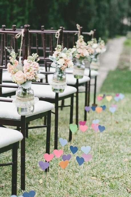 4- Caminho de corações com folhas coloridas para substituir o uso das flores