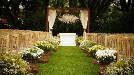 3- Decoração de casamento rústico romântico com flores do campo e tecidos leves