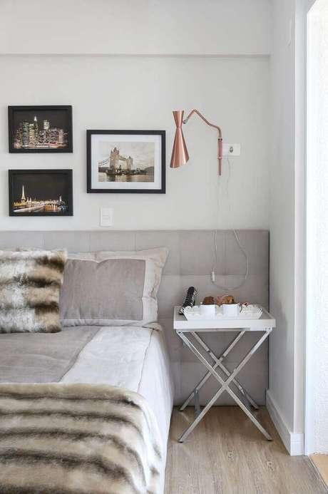 28. Decoração de quarto minimalista com luminária cobre e cabeceira cinza