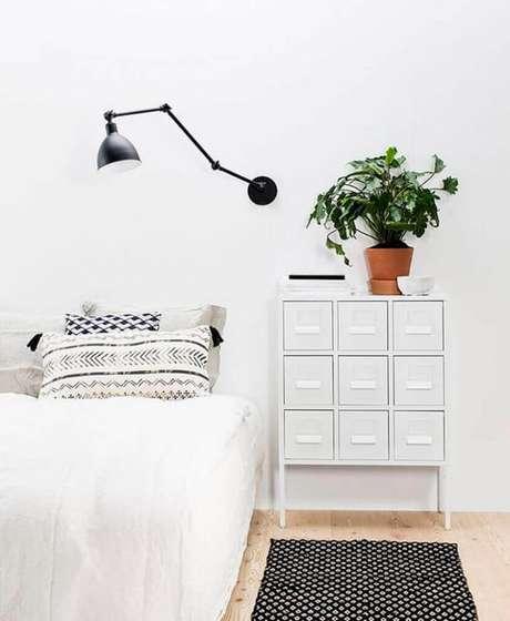 12. Luminárias são objetos super úteis e dependendo do seu design, elas ajudam a compor a decoração de casas minimalistas.