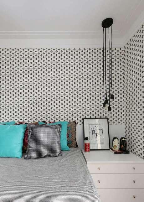 30. Decoração de quarto minimalista com papel de parede e pendentes modernos