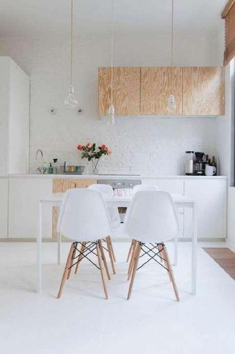 33. Decoração minimalista para cozinha com pendentes modernos e armários de madeira