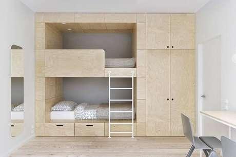 25. Decoração para quarto minimalista de solteiro com beliche de madeira