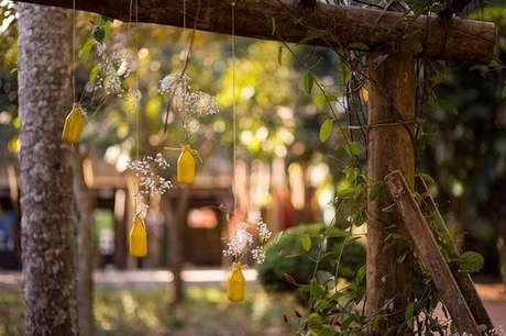 23- Garrafinhas amarradas em estrutura de madeira para decoração de casamento rústico
