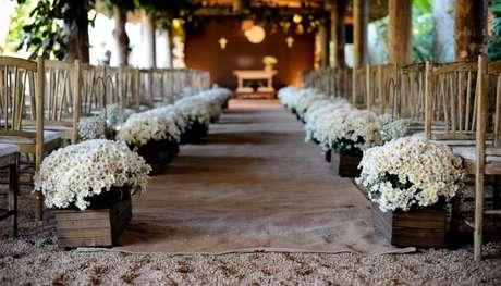 12- Entrada para casamento rústico em caixinhas de madeira com arranjos de flores brancas