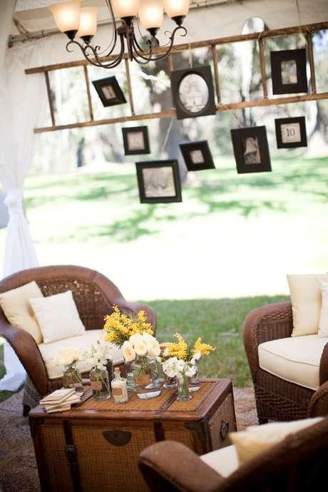 32- Espaçocriado para convidados com pequenos quadros e arranjos florais