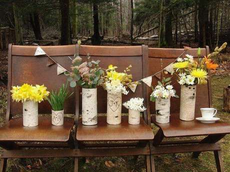 35 -Pequenos objetos de decoração para casamento rústico servem para reservar até mesmo lugares para convidados especiais