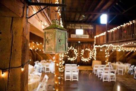34- Na decoração de casamento rústico as luzes suspensas e as folhagens são muito usados para esconder os cabos à mostra