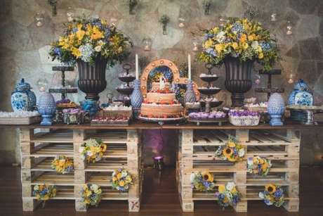 33- Decoração de casamento rústico com vasos, arranjos de flores e pallets