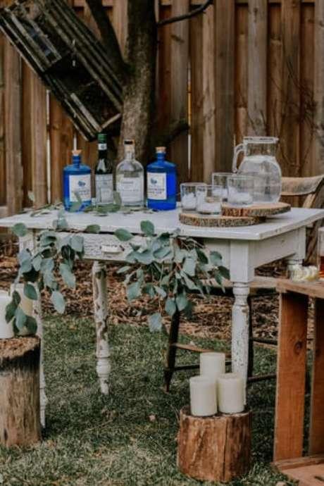 29- Móvel antigo de madeira e pallets são muito utilizados na decoração de casamento rústico