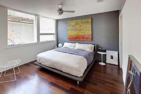 16. O minimalismo com suas cores sóbrias, poucos móveis e objetos decorativos é perfeito para ambientes de descanso como o quarto minimalista