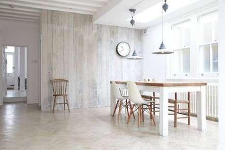 62. Minimalismo para sala de jantar com parede revestida de madeira