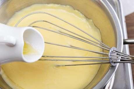 Manteiga sendo adicionada ao molho holandês