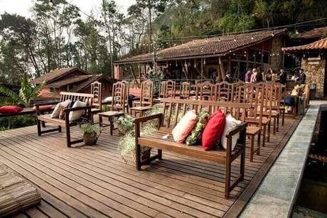 24 – Cadeiras rústicas e almofadas coloridas transformam embelezam ainda mais o ambiente