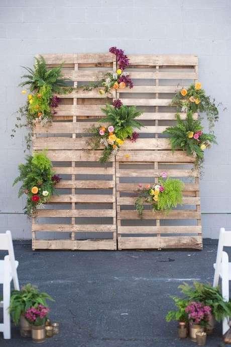 16- Painel Floral (Pallets) é muito usado para decorar espaços vazios em casamentos rústicos