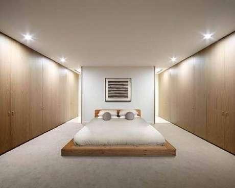13. Quarto minimalista com detalhes em madeira