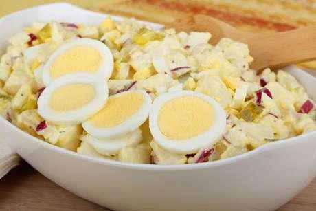 Salada de batata com cebola roxa e ovo cozido