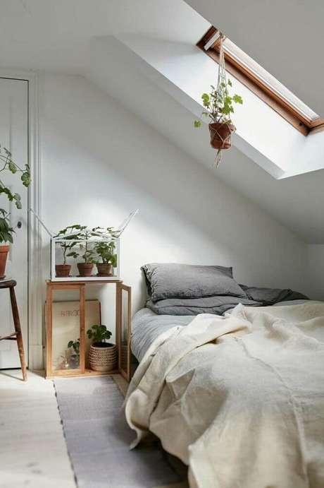 7. No minimalismo é preciso saber escolher os itens que vão valorizar a decoração, assim como os vasos de plantas nesta decoração de quarto minimalista