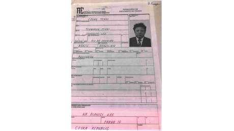 Formulário de viagem em nome de Ijong Tchoi, nome supostamente usado por Kim Jong-il, preenchido para emissão do passaporte na Embaixada do Brasil em Praga