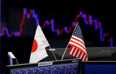 Baideiras do Japão e Estados Unidos diante de gráficos em corretora de câmbio em Tóquio, Japão 23/01/2017 REUTERS/Toru Hanai/File Photo